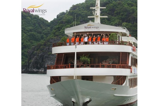 Royal_Wings_Cruise_Halong_welcome2